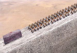 Essa imagem simula o que provavelmente era a forma de transporte de pedras, que pesavam toneladas, para a construção das pirâmides. Dezenas de milhares de pessoas trabalharam nas suas construções.